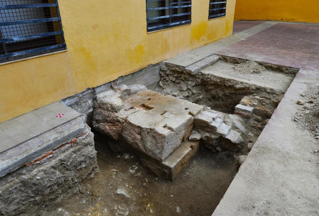 Intervenció arqueològica al pati del Museu Bíblic. Descoberta de la fonamentació del mur de tancament del recinte de culte imperial (© ICAC 2019)