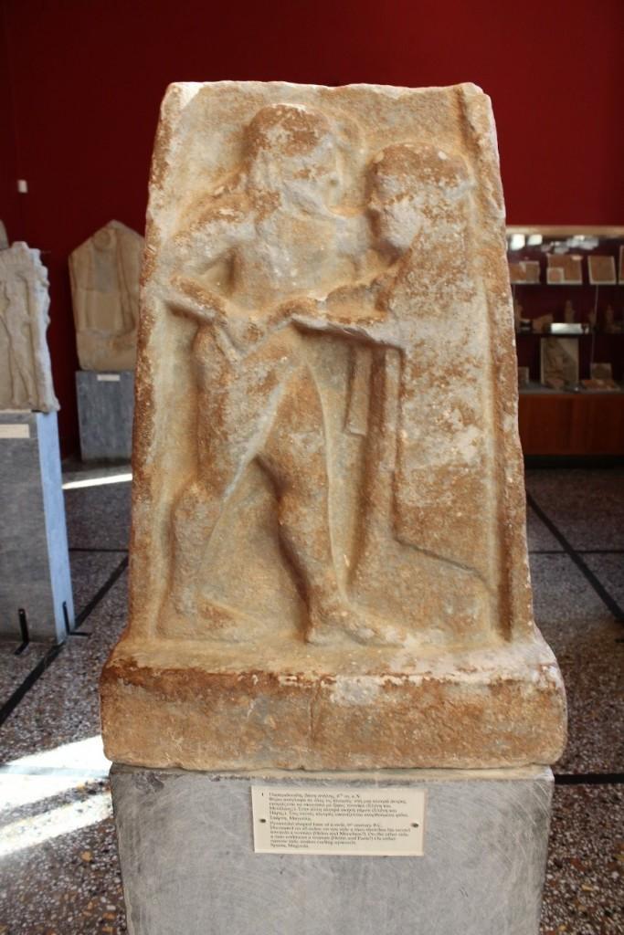 Estela dels dos matrimonis de Helena. Peça exposada al Museu Arqueològic d'Esparta. Foto: Elena Duce.