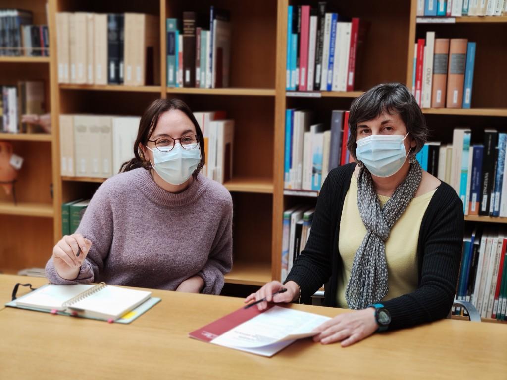 Les investigadores María Pastor (esquerra) i M. Carme Belarte (ICREA) són les organitzadores del seminari internacional sobre arquitectura antiga en arqueologia a l'ICAC. Foto: ICAC.