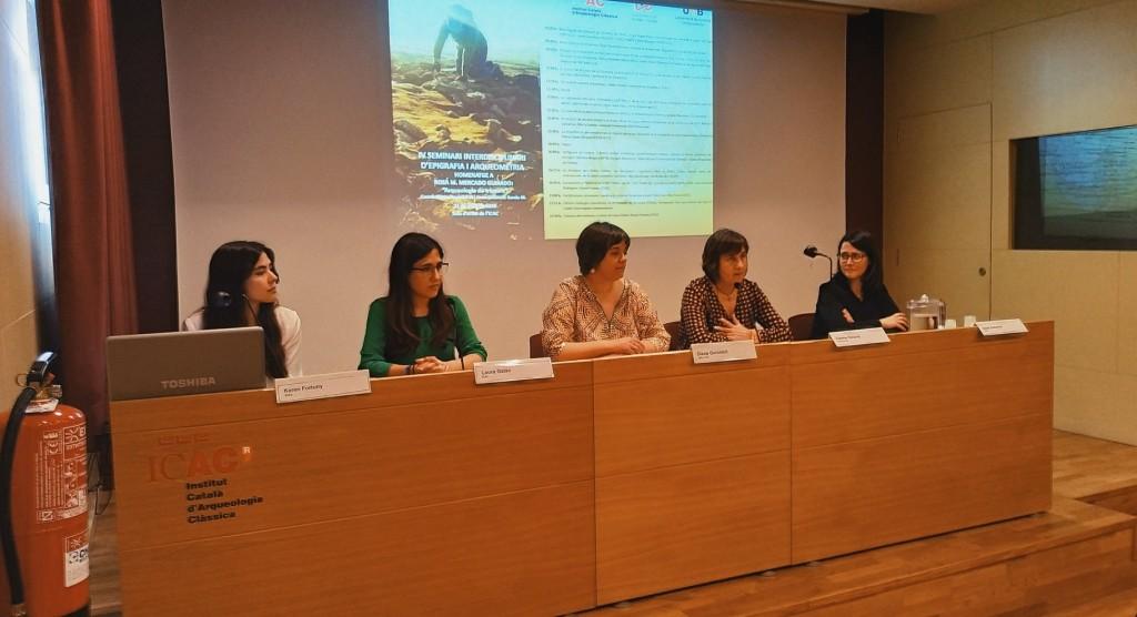 """Karen Fortuny, Laura Galán,  en un moment de a Rosa M. Mercado: """"Arqueologia de trinxera"""". IV Seminari interdisciplinari d'epigrafia i arqueometria. ICAC, 31 de maig de 2019."""
