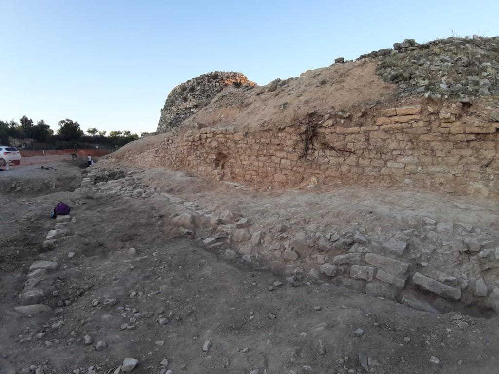 Vista de la muralla, al jaciment de Coll del Moro (Gandesa). Foto: UB-ICAC.