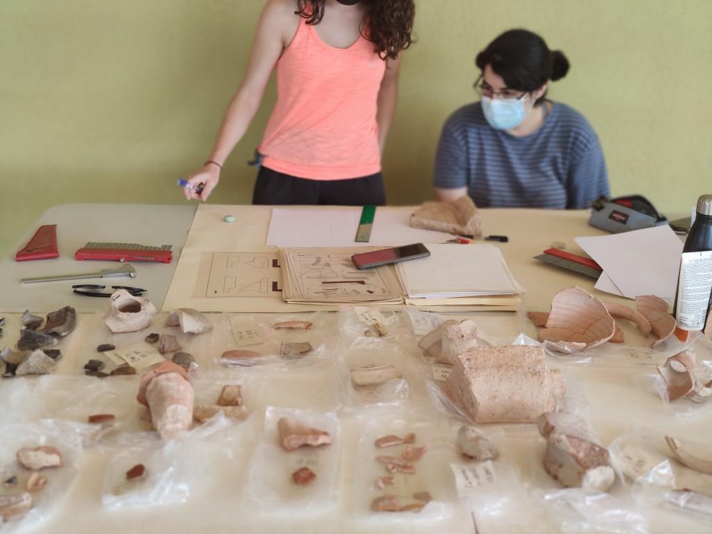 Els treballs d'excavació tenen una part important de docència, amb la participació d'estudiants de la URV i altres universitats. En la foto, dues estudiants etiqueten peces de ceràmica trobades al jaciment.