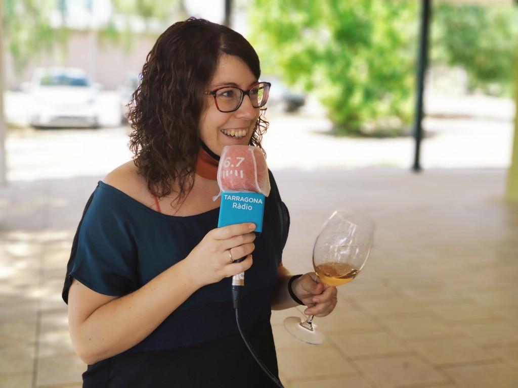 Clara Dalmau, sommelier de la DO Catalunya, ha obsequiat els assistents a l'acte amb un tast de vins. Foto: ICAC.