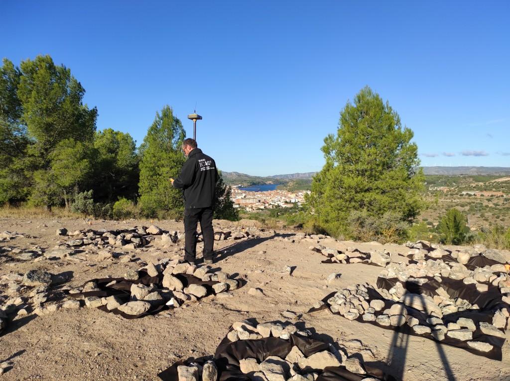 Topografia del poblat ibèric de Castellons (Flix). A la foto, Iñaki Matias (Tecnologies de Documentació Gràfica de l'ICAC). Foto: ICAC.