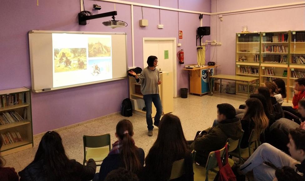 La investigadora de l'equip GIAP Lídia Colominas en una xerrada divulgativa en motiu de la celebració de l'11F el 2019. Foto: ICAC.