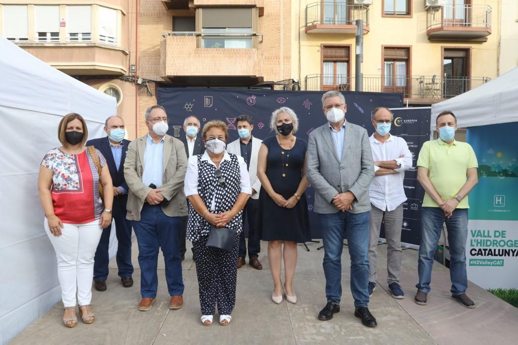 La rectora de la URV, María José Figueras, i l'alcalde de Tarragona, Pau Ricomà, va inaugurar la fira de tallers amb representants dels instituts de recerca, de la Diputació i de l'Ajuntament. Foto: URV.